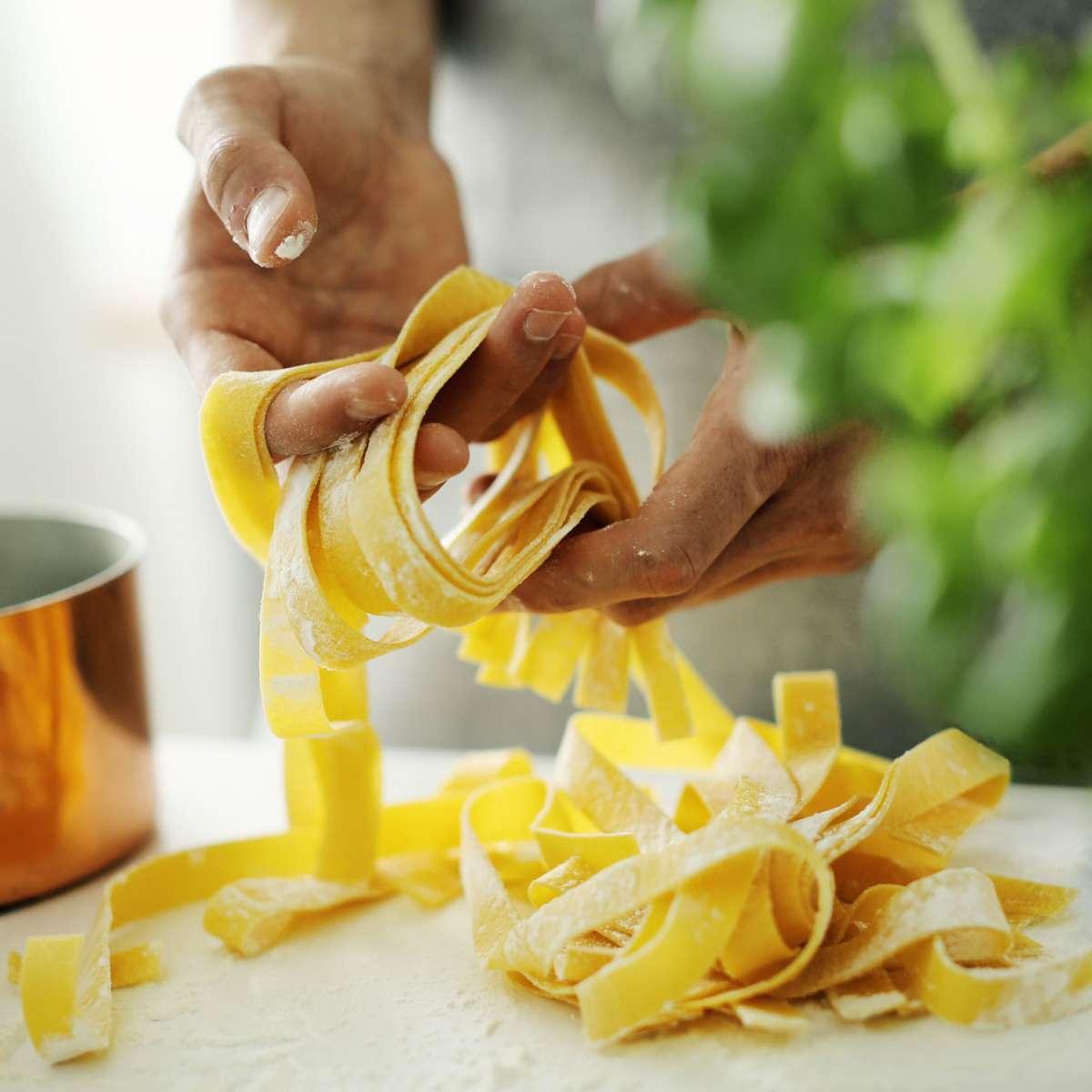 pasta-chef-makes-fresh-italian-pasta-WLKS7D6